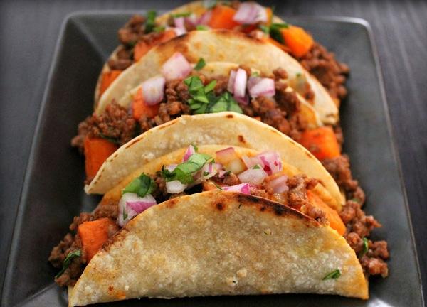 Những chiếc bánh tacos không thiếu các loại rau đi kèm.