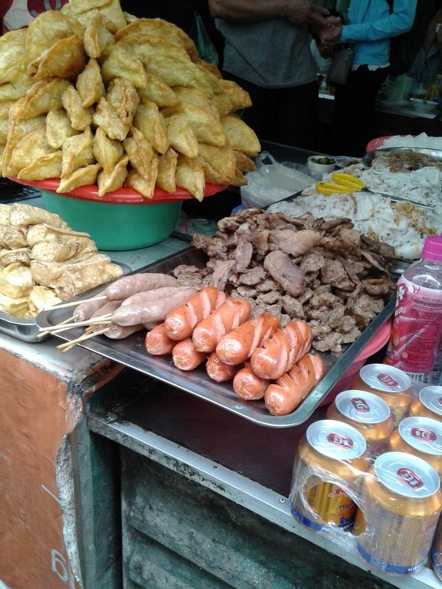 ngoài ra chợ còn phục phụ ăn uống