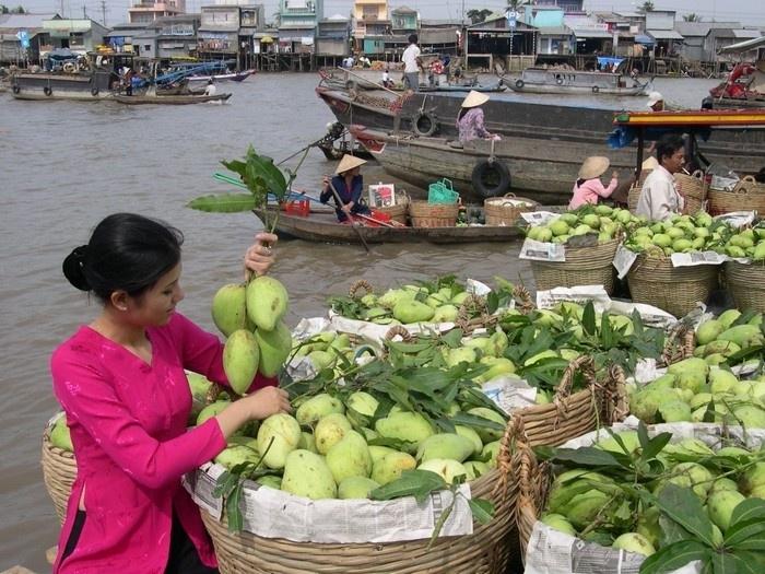 Chợ bày bán rất nhiều các loại trái cây tươi ngon