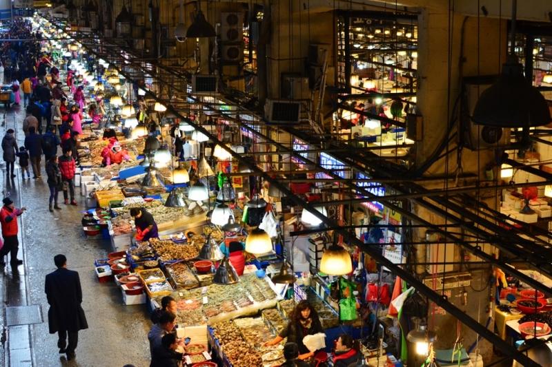 Khu chợ thủy hải sản này luôn hoạt động cả ngày lẫn đêm