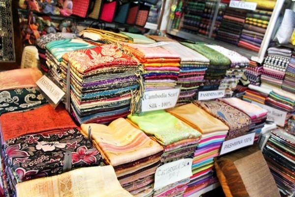 1 cửa hàng bán vải với nhiều chủng loại mẫu mã tại khu chợ