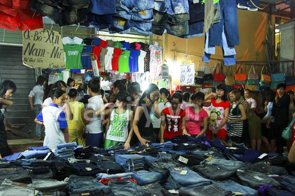 Người đi chợ Phùng Khoang rất đông