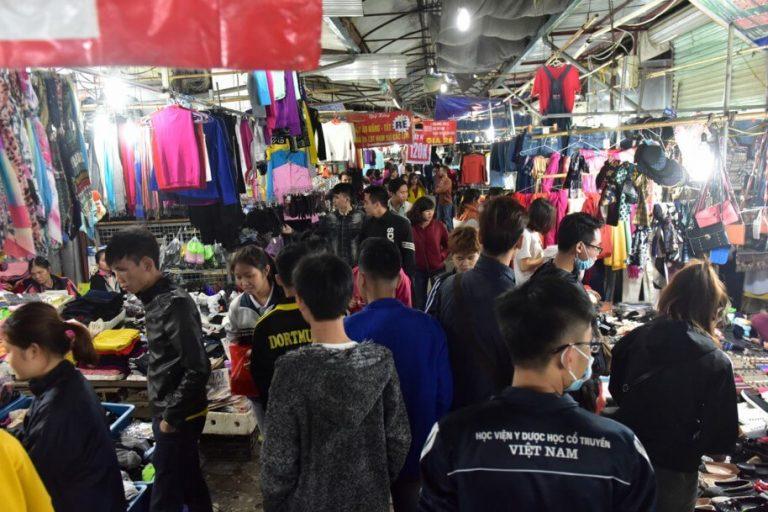 Chợ Phùng Khoang thu hút rất đông các bạn sinh viên