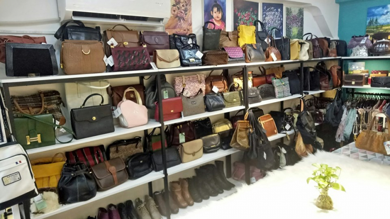 Cửa hàng trưng bày gọn gàng, sang trọng, nếu như không biết có thể bạn sẽ không nghĩ đây là một cửa hàng bán đồ 2hand đâu nhé
