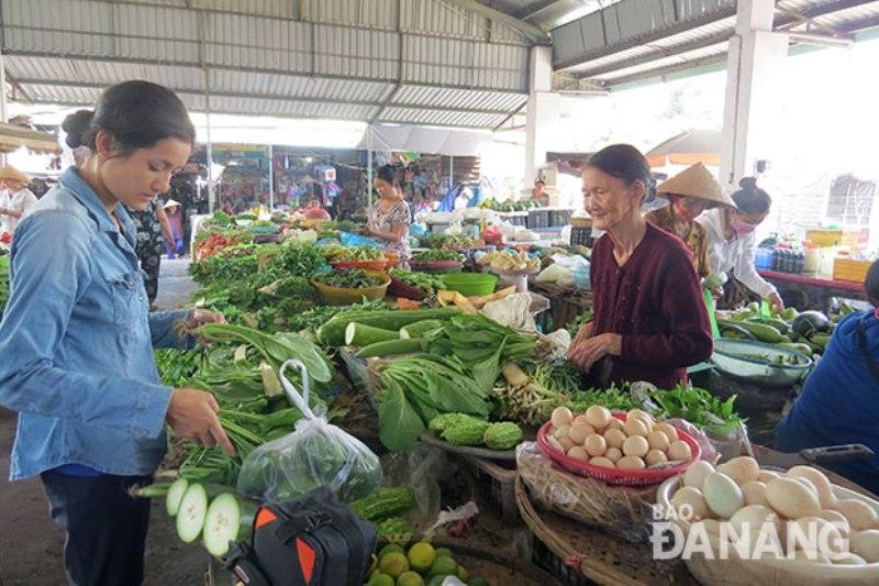 Khách hàng mua hàng tại chợ