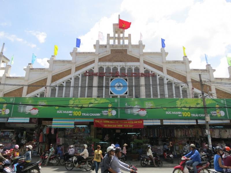 Cổng chính chợ Tân Định với kiến trúc lạ mắt.