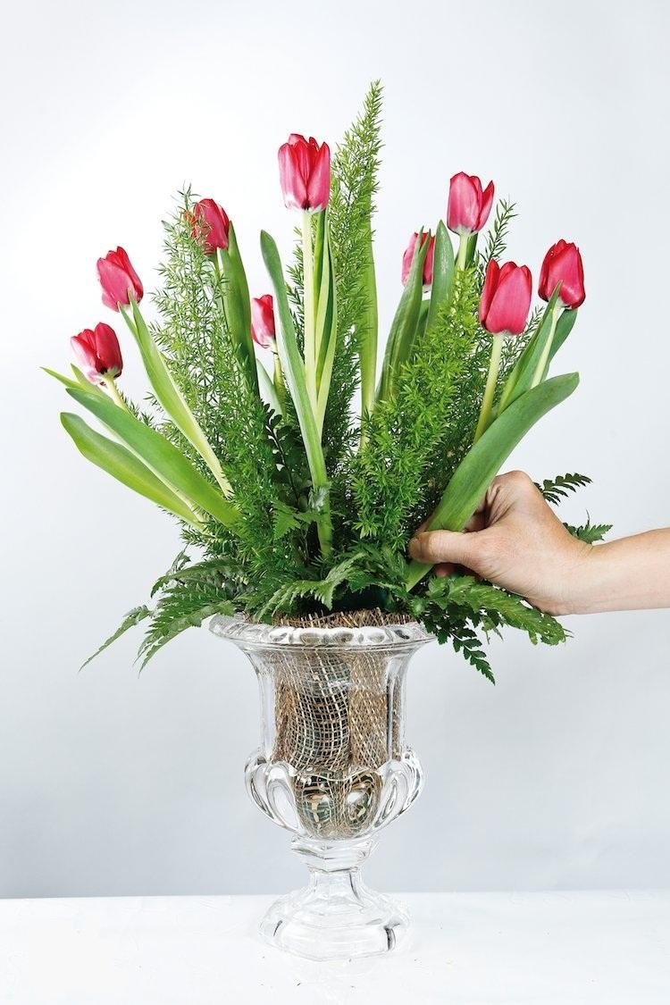 Cho thuốc aspirin vào nước cắm hoa