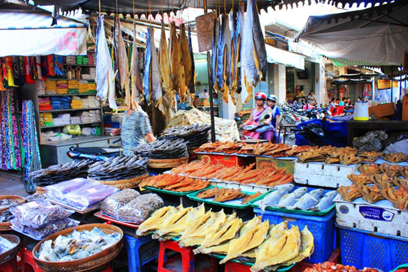Các mặt hàng khô, mắm bày bán ở chợ Tịnh Biên