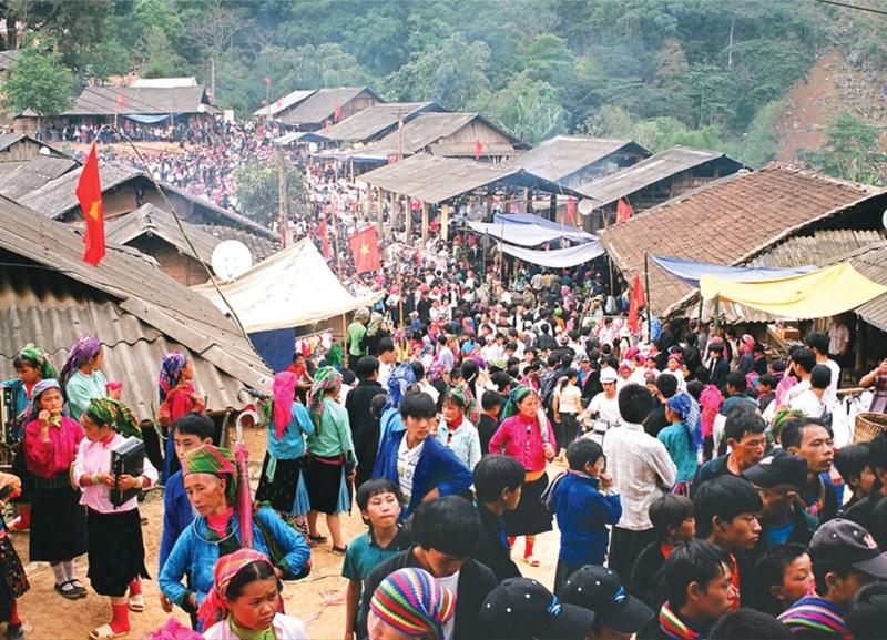 Cảnh đông đúc của chợ.