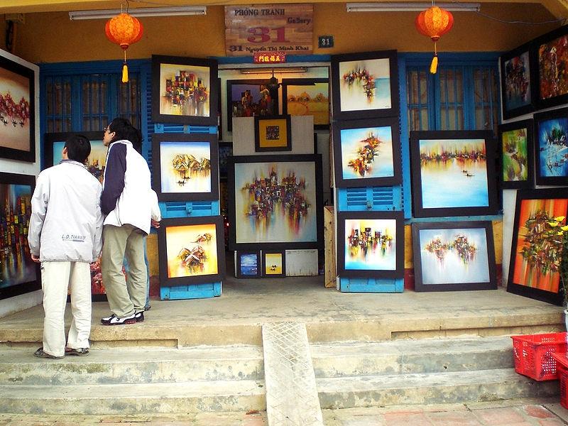 Một cửa hàng bán tranh tại Hội An