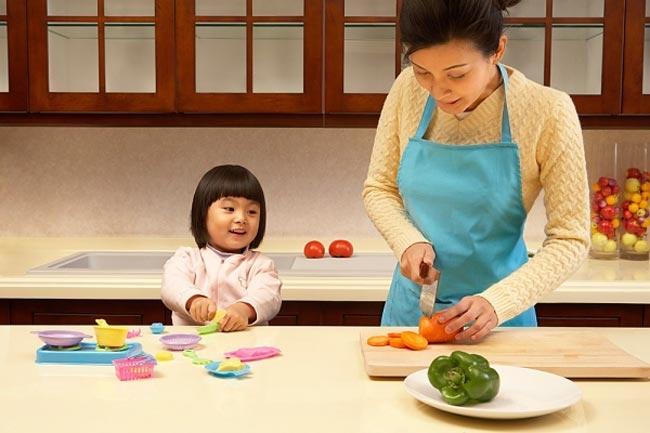 Cho trẻ cùng vào bếp cùng mẹ