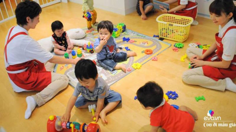 """Cho trẻ hoạt động dưới hình thức """" Học mà chơi, chơi mà học"""", học ở mọi lúc , mọi nơi."""