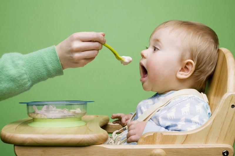 Cho trẻ ngồi đúng tư thế khi ăn