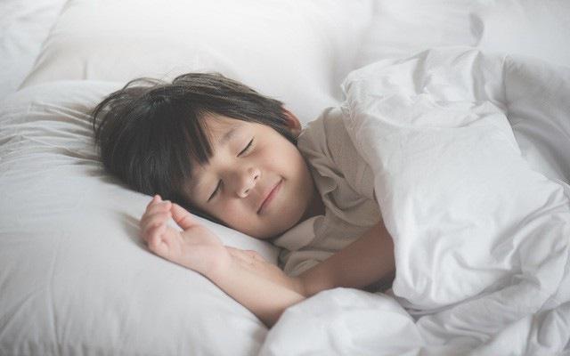 Bé được ngủ đủ giấc sẽ giúp tăng cường sức đề kháng