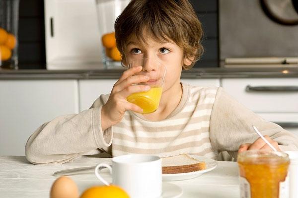Uống nước hoa quả giúp bé bổ sung Vitamin và khoáng chất để tăng thêm sức đề kháng