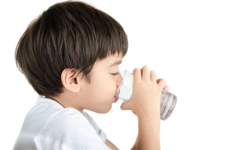Cho trẻ uống đủ nước