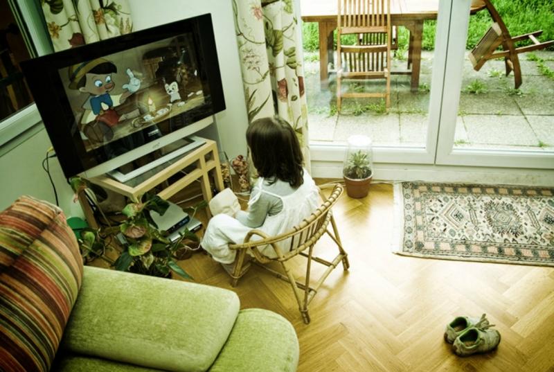 Không nên ho trẻ xem TV từ khi còn quá nhỏ