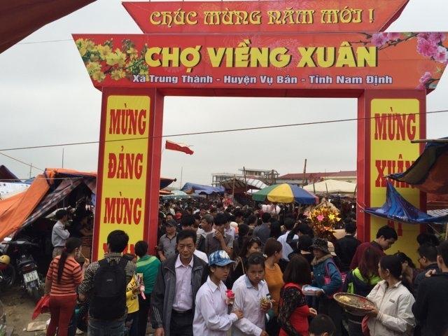 Cảnh trước cổng chợ đông như trẩy hội.
