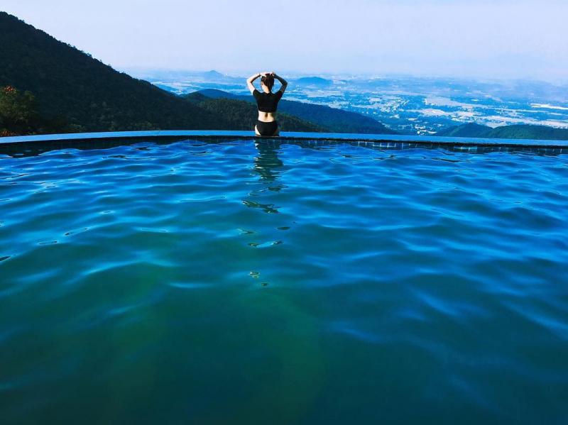Là bể bơi nằm lưng chừng núi nên rất lãng mạn