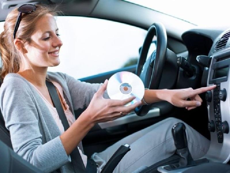 Chơi nhạc, hát, và mở nhẹ cửa sổ cải thiện phong thủy xe cho xe hơi