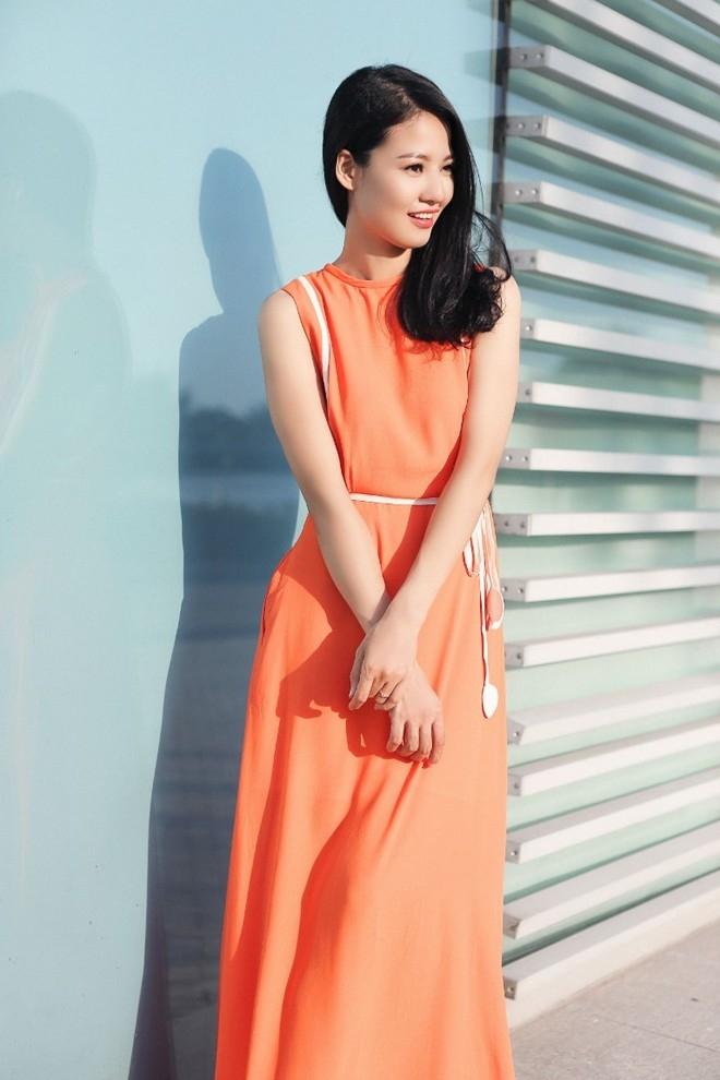Trang phục trơn màu tạo cảm giác quý phái, lịch lãm.