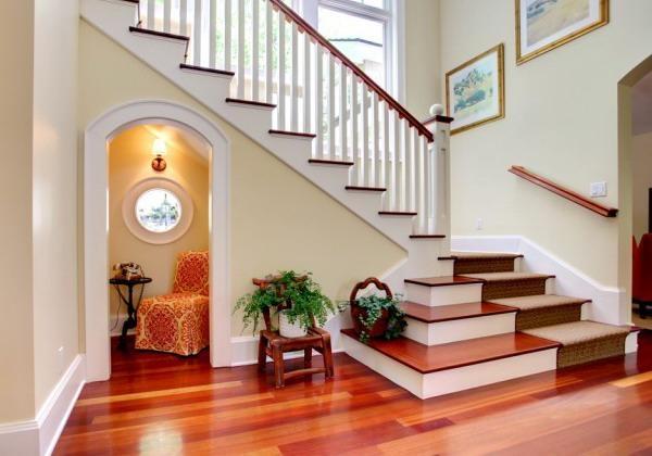 Không bố trí nhà vệ sinh hoặc cầu thang nằm đối diện phòng của con