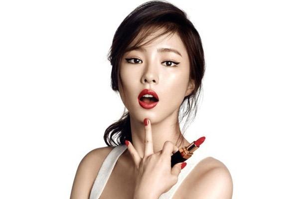 Một nguyên lý lựa chọn son môi vô cùng thú vị mà các chuyên gia trang điểm đã từng bật mí chính là: màu son đậm sẽ khiến đôi môi của bạn trông mỏng hơn và với màu sáng thì đôi môi sẽ trở nên dày và căng mọng hơn.