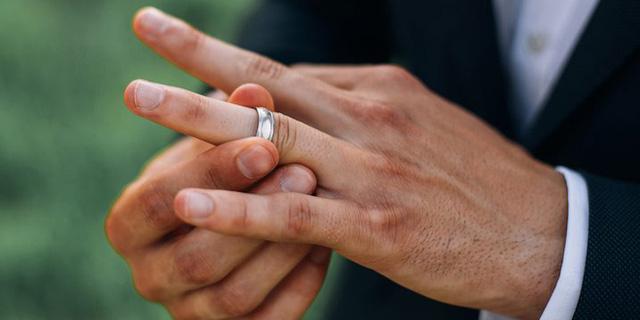 Anh ấy tháo bỏ nhẫn cưới khi ra ngoài