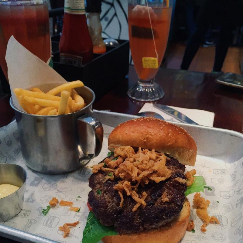 Hamburger tại Chops - Hops, Wheat & Meat