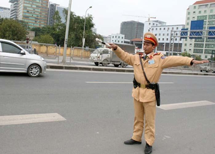 Chú cảnh sát giao thông cần mẫn