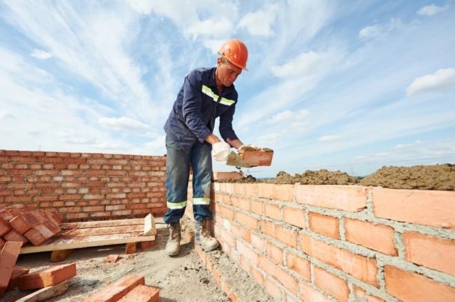Chú thợ xây làm việc chăm chỉ