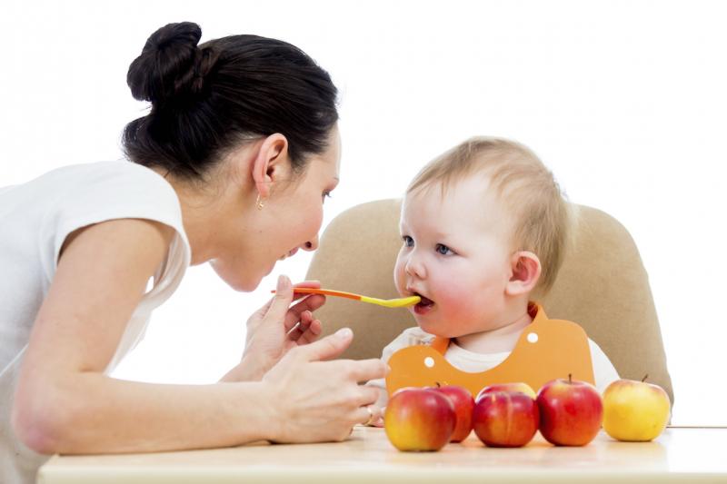 Cho trẻ uống nước, ăn trái cây