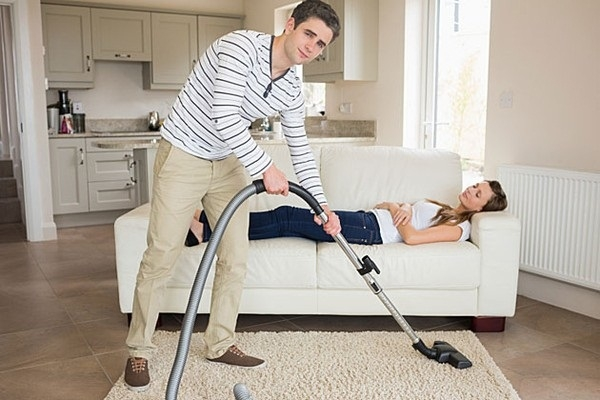 Chồng dọn dẹp nhà
