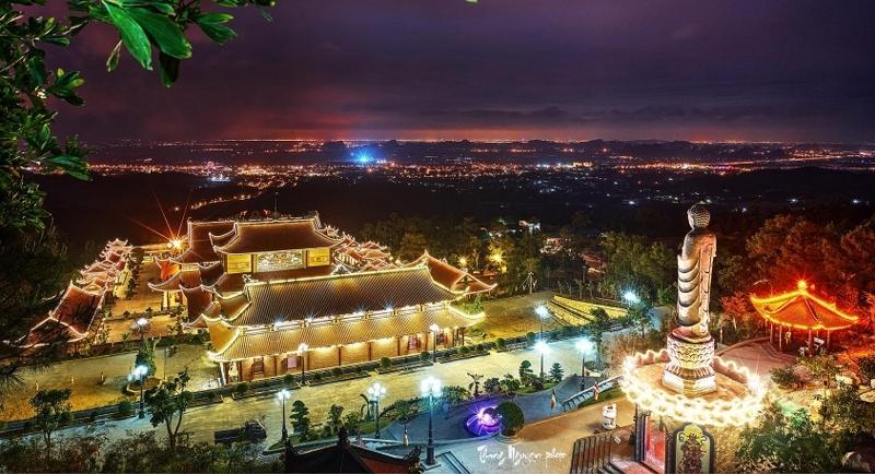 Khung cảnh lung linh của chùa Ba Vàng
