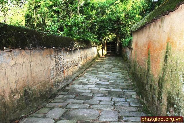 Nét cổ kính rêu phong từ cổng vào chùa