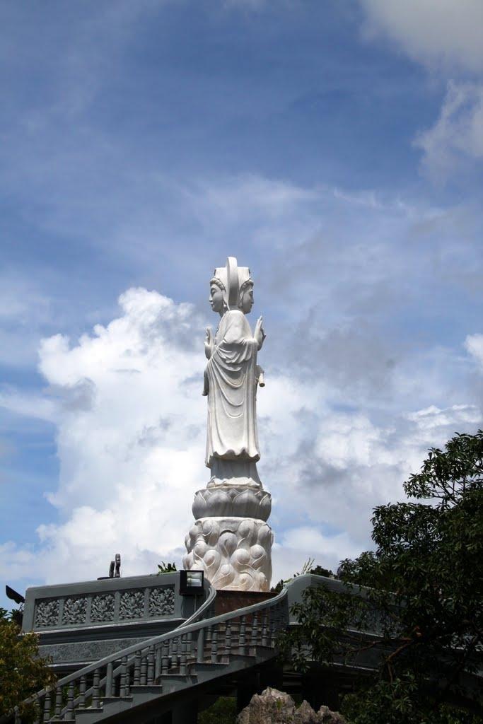 Tượng Đức Quan Âm Nam Hải ở chùa Cái Bầu