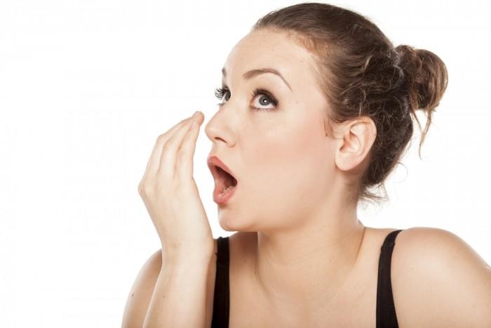 Bên cạnh sữa chua thì baking soda cũng được xem là một loại thần dược giúp đánh bay mùi hôi miệng.