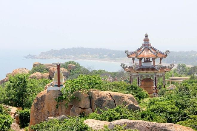 Tượng Phật và ngôi đền ngự trên bãi đá