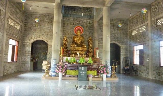 Nét kiến trúc độc đáo của ngôi chùa là được xây dựng hoàn toàn bằng đá