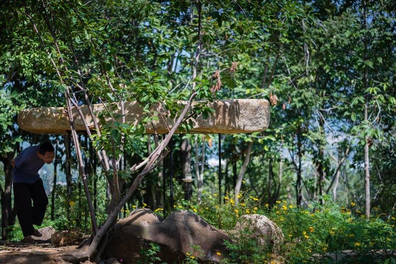 Chùa nằm giữa vườn cây thoáng đãng và thanh tịnh.
