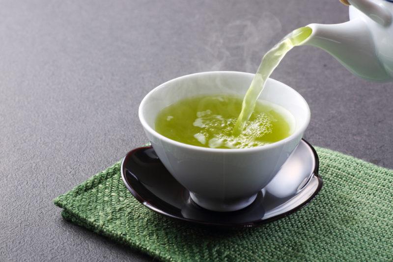Trà ngải cứu giúp chữa đau bụng kinh hiệu quả