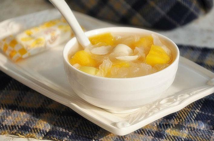 Chè hạt sen nấm tuyết một món ăn chữa đau đầu hiệu quả