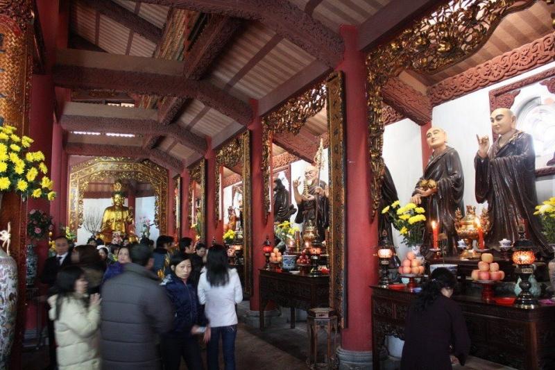 Bên trong chùa