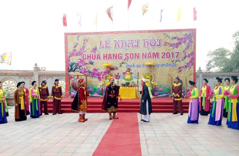 Cảnh khai hội và biểu diễn tích chèo tại Chùa Hang Son