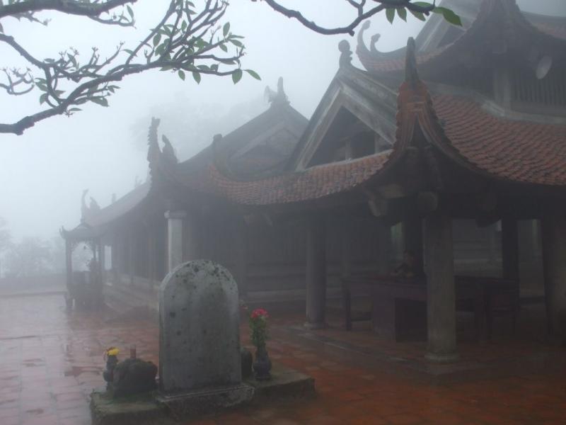 Chùa Hoa Yên trong sương sớm