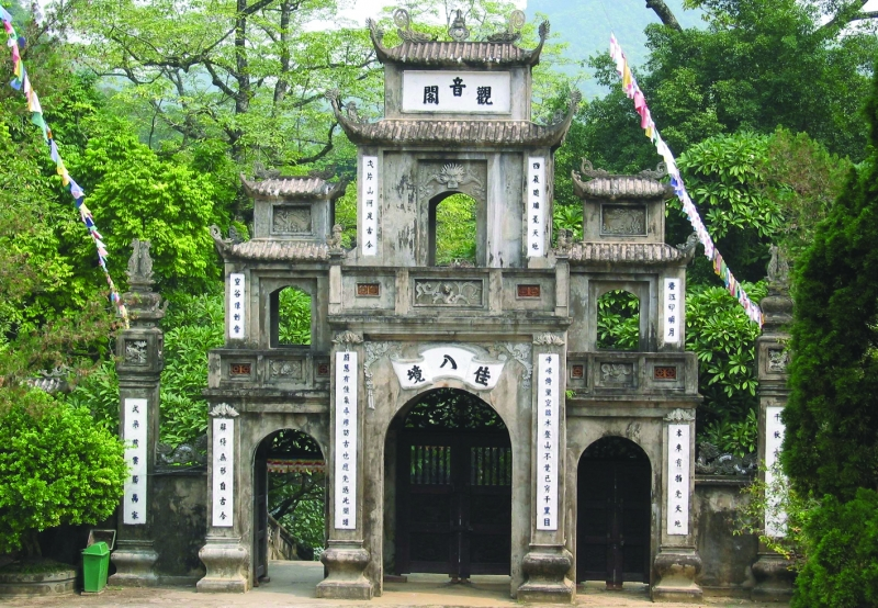 Vẻ đẹp cổ kính của chùa Hương