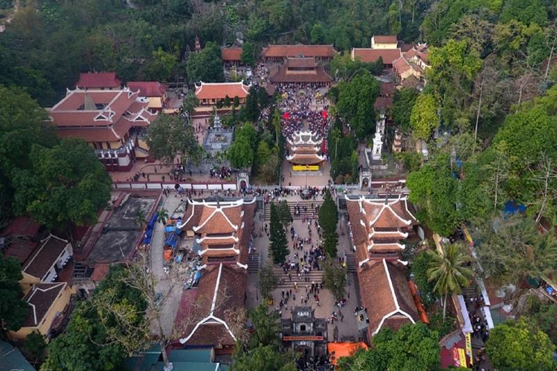 Một góc toàn cảnh từ trên cao khu du tích chùa Hương