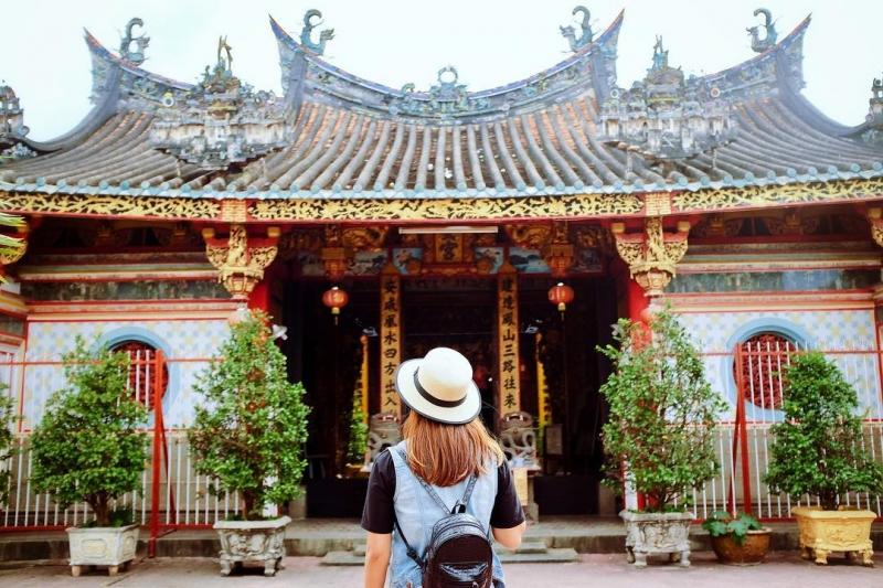 Phía trước sân chùa Kiến An Cung