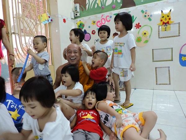 Sư trụ trì chùa Kỳ Quang II cùng các em nhỏ bị bỏ rơi đùa vui giống như một người cha