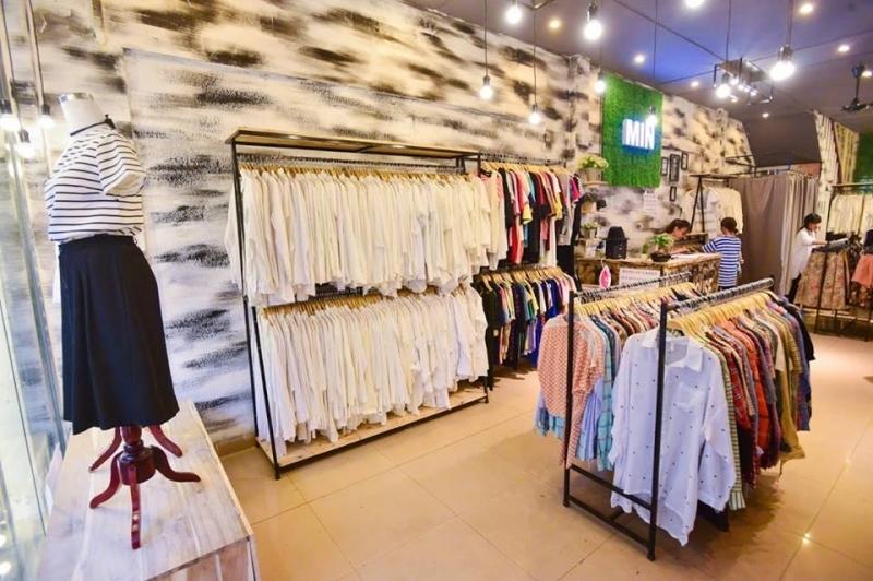 Dù là hàng thùng nhưng quần áo được giặt rất sạch sẽ, là cẩn thận và được treo theo loại rất ngăn nắp